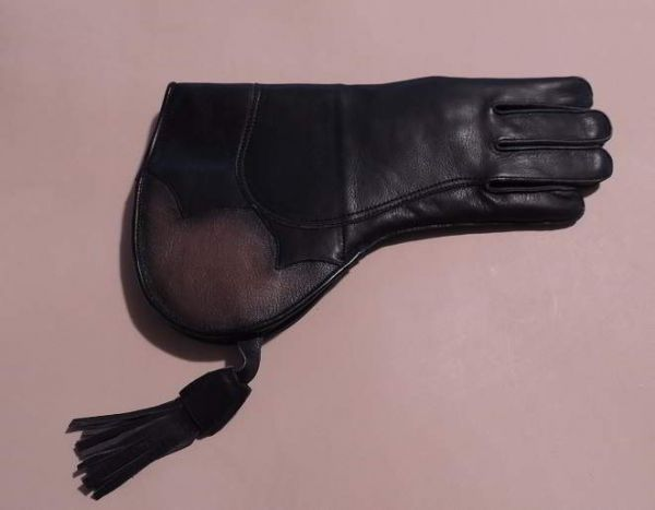 SHORT CUFF FALCONERS GLOVE WITH THINSULATE LINING FOR COLD WEATHER. (Right hand glove.)